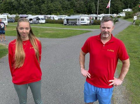 Godt fornøyd: Rolf Kenneth Tangvald Lønnberg er godt fornøyd med sesongen på Rognstranda. Lillian Lilleby Dale har sommerjobb på campinga for andre året på rad, og stortrives med det.