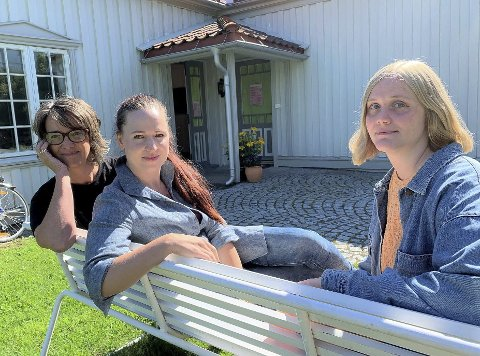 NYTT LIV: Anette Guldager, Viktoria Morozova og Ida Kvarstein vil skape nytt liv i den gamle Fogdegården bak Brotorvet på Stathelle. Til lørdag åpner den nystifta kunstforeningen sin første utstilling her.