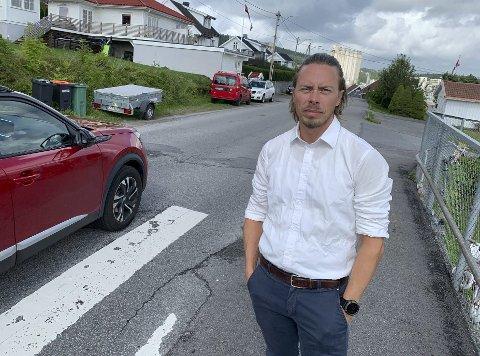 Har støtte: Vegard Gunleiksrud sier at han har naboene bak seg når han krever fartsreduserende tiltak i Setrevegen. PD observerte flere biler som tydelig kjørte fortere enn 30 km/t da vi var på stedet mandag.