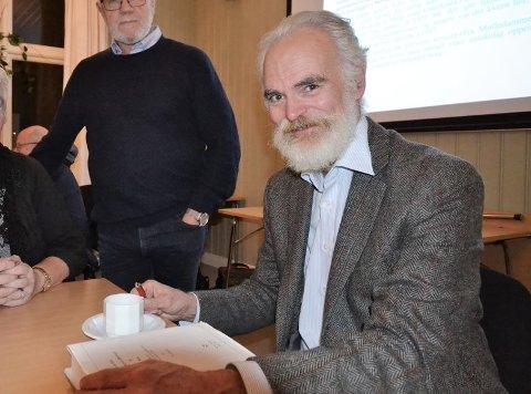 EKSPERT: Tom Schmidt er stedsnavnprofessor og en av landets  fremste navneforskere. Han har litt av hvert å fortelle om stedsnavn i Rakkestad.