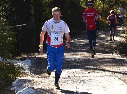 SLO HALVPARTEN: Markus Holter (23) i aksjon, slo nøyaktig halvparten av de 77 deltakerne i norgescupløpet på langdistanse i Trøgstad søndag. - Jeg burde klart bedre, sier rakstingen.