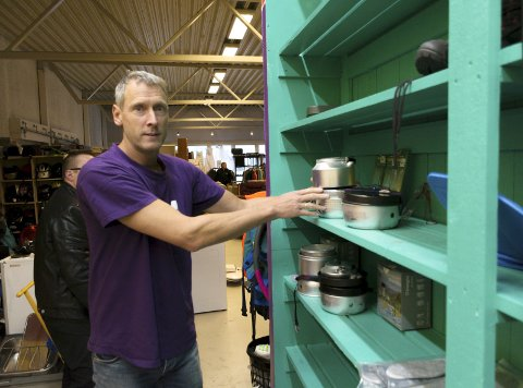 UTLÅN: Arbeidsleder Wim Kok har kontroll på alt som lånes ut og leveres inn. Foto: Vegard Anders Skorpen