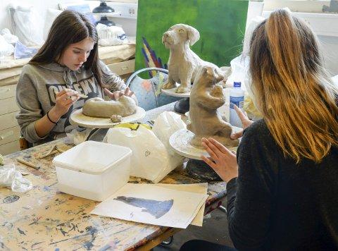 Nytt: Elevene har jobbet med skulpturering i år, noe som er nytt for de fleste.