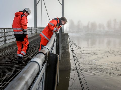 Bildet er hentet fra januar i 2017 etter at det hadde vært isgang på Skonseng bru. Vidar Hansen fra Statens vegvesen og Terje Evensen fra Veidekke Industri var på befaring.