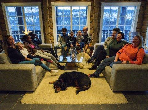 1 Bildene: Litt av flokken. F.v.: Gunnhild Fagerjord (f.v), Maj Fagerjord Kolåsæter, Amira Faisal, Liban Faisal, Warsame Faisal, Sverre Fagerjord Kolåsæter, Svein Andreas Fagerjord Langfors, Eirik Langfors, Kaila Dixon Johansen, Eldbjørg Fagerjord og Gunnhild Fagerjord. Mushtaq Faisel og Carina Kristiansen var ikke til stede da bildet ble tatt.  2 Det blir mye tøys og latter når familien Fagerjord samler troppene.  3 Kaila, Maj og Amira synes Grønfjelldal er verdens beste plass å bo.