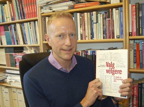 HOVEDPRODUKT: Denne boka, laget etter valget i 2013, inneholder den valgundersøkelsen Johannes Bergh jobber kontinuerlig med.
