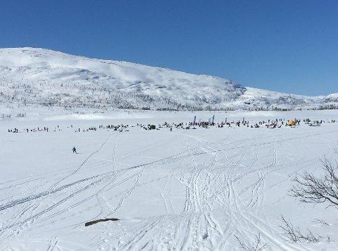 Over 200 deltakere ble med på isfiskekonkurransen til Rana jeger- og fiskeforening på Uman søndag 14. april.