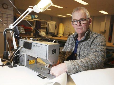 Jarle Nilsen fra Hemnes har trukket om og reparert møbler i 30 år.