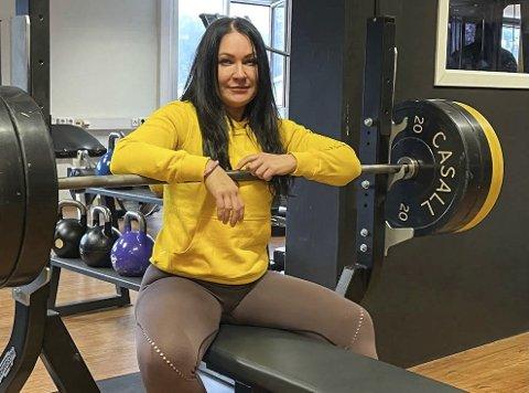 Linda Kristensen er klar for VM i benkpress i Litauen. Det blir hennes første internasjonale konkurranse siden koronaen stanset mye av idretten i mars i fjor. – Jeg grugleder meg, sier ranværingen.Foto: Privat
