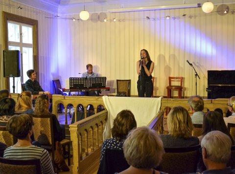 Trekløveret på scenen, f.v. Erlend Bentesønn Fougner (vokal, gitar), Håvard Mandt (tangenter) og Elisabeth Østvang Gundersen, skapte god stemning i Fengselet.