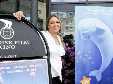 Hønefoss kino selger flere kinobilletter i år enn året før. I juni i år har de solgt 47 prosent flere billetter enn i juni i fjor. Landsgjennomsnittet er kun 28 prosent økning. – Det er litt usikkert hvorfor vi gjør det så bra, men jeg tror Hønefoss-folket liker kinoen sin og er glade i film, sier kinosjef Jannik Wahlberg.