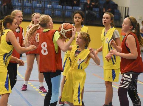 Ville mest: Hallingby-jentene i rødt vant duellene mot Helgerud, og vant en meget fortjent seier i Skolecupen for barneskoler.