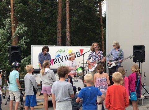Det lokale bandet The Pricks underholdt.