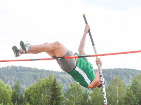 SVINGER SEG OVER LISTA: Snorre Sønju liker seg på friidrettsbanen når han kan trene selv og instruere andre.
