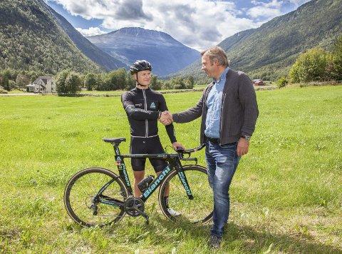 Enige: Per Oddvar Andersen fra Gaustatoppen AS og Mikkel Eide ble enige om en fem år lang sponsoravtale på Gaustajordet med Gaustatoppen i bakgrunn: Alle foto: Trond Stegarud.