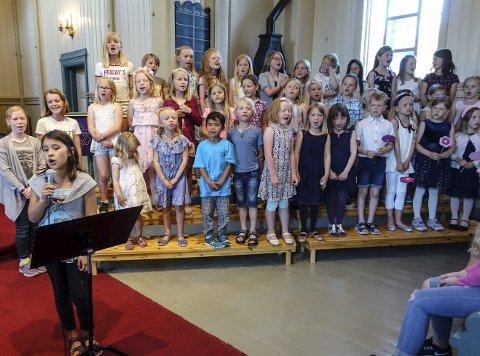 Her kommer vi: Tinn barneKOR sang seg flott gjennom en hel musikal i Austbygde kirke.