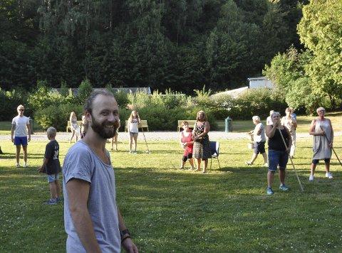 LATTER:  - De er veldige tålmodige, konstaterer koreograf  André Danielsen.  Store og små aktører  i full sving på plenen i Adminiparken.