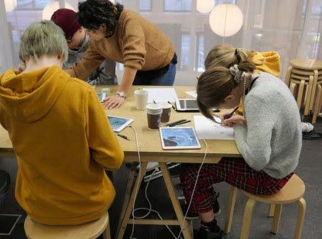 STØTTE : Norsk Industriarbeidermuseum får 65 000 kroner til et kunstprosjekt rettet mot ungdom. Bildet viser skolelever på besøk hos Kunstnernes Hus. De har også fått midler slik at de kan  bidra til at skoleelever får innsikt i samtidskunst. . (Foto: Tegnerforbundet)