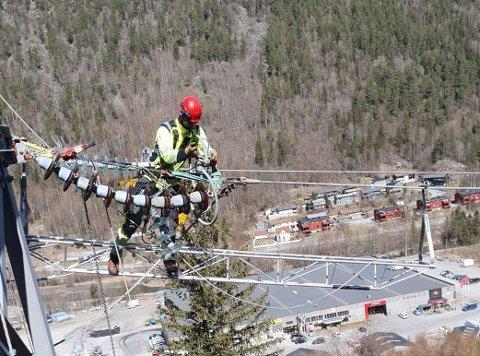 ARBEID: Denne uka har en gjeng tøffe montører fra Lede jobbet på høyspentnettet sør for Rjukan sentrum.  (alle foto: Tom Langvannskås)