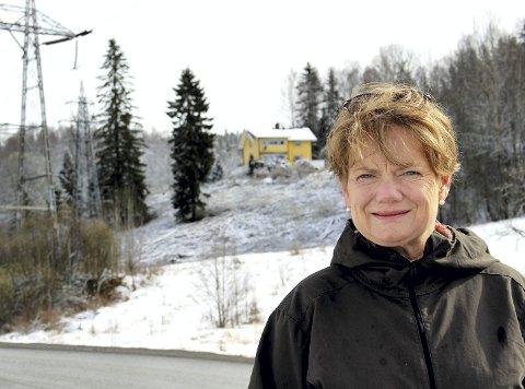 I gang: Ordfører Ragnhild Bergheim (Ap) foran området der Selvaag skal bygge Skihallen. Foto: Torstein Davidsen