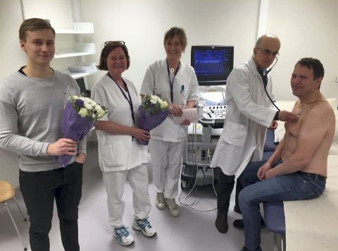 LHL-HISTORIE: Heljar Mjøen med blomster, pappa Ingemund blir undersøkt av kardiolog Pirooz Badr. I midten Anne Ramstad Dønåsen og Anne Edvardsen. Alle FOTO: KJELL AASUM