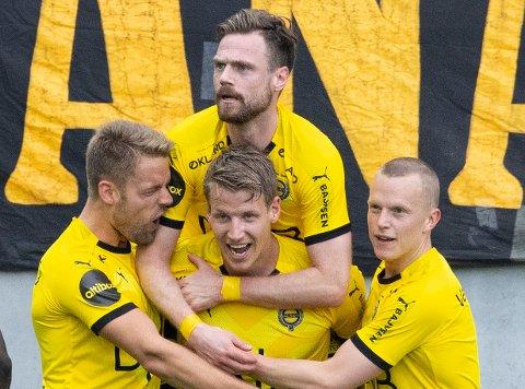 STERK BORTESEIER: Lillestrøms spillere jubler etter scoring nummer to i kampen de til slutt slo Vålerenga med 3-0.