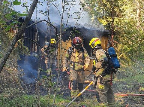 Brannvesenet fikk raskt kontroll på brannen, men det er store skader på hytta, opplyser vaktleder ved Øst 110-sentral, Tom Thoresen.