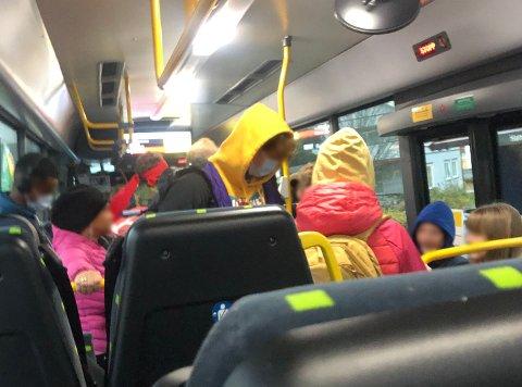 FULLT: Hver dag er Celina Kristensen redd for å pådra seg smitte på bussen hun må ta for å komme seg til skolen.