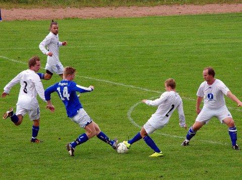 RASK: Nils Otto Teigen (blå) skåret i kampens første minutt da Huringen slo Glassverket 2-1, her fra en tidligere kamp mot IL ROS.
