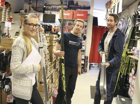 BRA FOR SELVFØLELSEN: Daglig leder Amund Rønsåsbjørg hos Sport 1 Røyken (t.h.) tror synliggjøringen av butikkens bidrag til den lokale velferden er positivt for selvfølelsen til de ansatte. Her med Siri Stabæk  og Vidar Innselset.