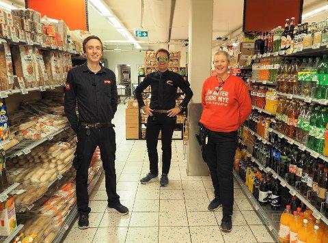 PENGEDRYSS:  Fornøyde Menyansatte, fra venstre Henrik Weberg, butikksjef Sten Egil Søberg og Elin Andersen.