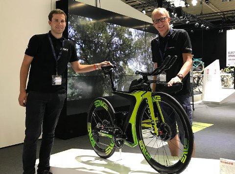 VERDENS RASKESTE: Her holder Rolf Christensen (til høyre) på sykkelen som koster 174.000 kroner. Dette bildet er ikke tatt i Sandefjord.
