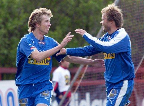 SPILTE FOR SF: Fredrik Thorsen blir gratulert av Hans Erik Ødegaard etter en scoring i 2005.