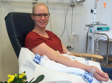 TØFF KUR: I 2016 fikk Bente Andersson (45) påvist brystkreft. Etter noen knalltøffe runder med cellegift, operasjon og strålebehandling, er hun i dag kreftfri.