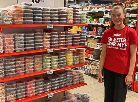 MANGE TIMER: Andrine Sommer (17) og de andre ansatte ved Meny Andebu pakket smågodt i over seks timer før denne helga. Resultatet var at butikken mer en doblet salget, sammenliknet med samme helg før påske i fjor.