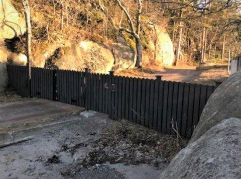 YXNEY: «Vedtaket» i kommunestyret 18. februar i år er ikke et vedtak i lovens forstand, og derfor ikke påklages, konkluderer Statsforvalteren i Agder. Her ses porten ved Engebukta.
