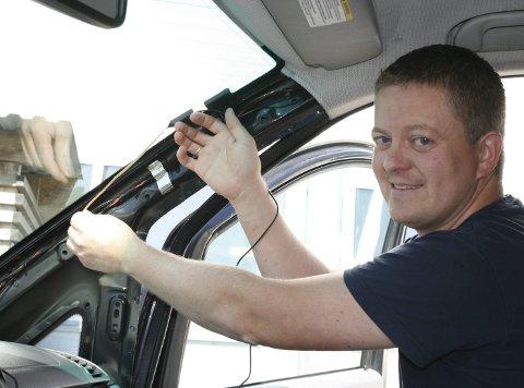 Ettermontering av DAB: I bil er du avhengig av riktig montert antenne for å få signalmottak. Det finnes flere ulike antenneløsninger. Den enkleste løsningen er en vindus-/glassantenne som klebes fast på innsiden av frontruten. Geir Johansen er kundemottaker ved Din Bilservice og opplever en stor pågang av folk som vil ha ettermontert DAB i bilen.foto: odd Arne Ruud