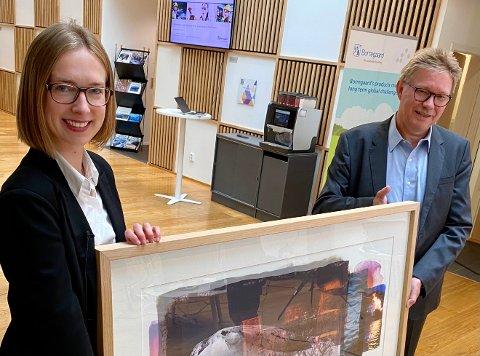 """Næringsminister Iselin Nybø gir her Borregaard-sjef Per A. Sørlie beviset på at de er vinner av """"Eksportprisen 2020"""""""