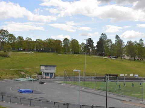 Mulig skoletomt: Det er fullt mulig å bygge en barneskole og et stort nok uteområde for 625 elever i skråningen nedenfor ungdomsskolen og mot idrettsplassen. Det slår konsulentfirmaet Rambøll Norge as fast.