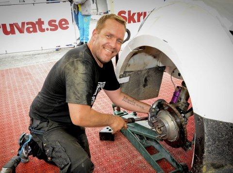 STILLER Opp: Helt siden 2010 har Mads Steen vært involvert i det meste som har med bil, skruing og logistikk rundt Henning Solberg og hans virke rundt motorsporten. Også når Henning Solberg nå har kjørt i EM i rallycross så har Steen vært ved hans side.