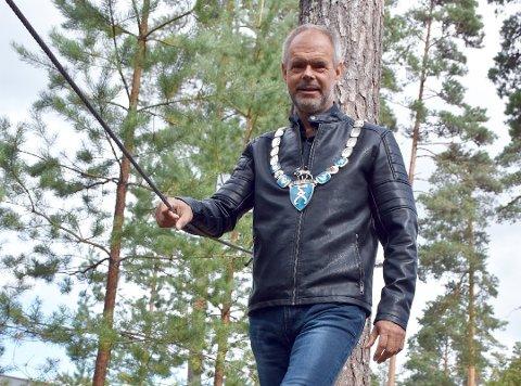 Thor Håkon Ramberg må gi fra seg ordførerkjede når Aurskog-Høland og Rømskog kommuner slås sammen fra nyttår. Han er også ute av politikken, etter at han ikke fikk plass i kommunestyret etter valget.