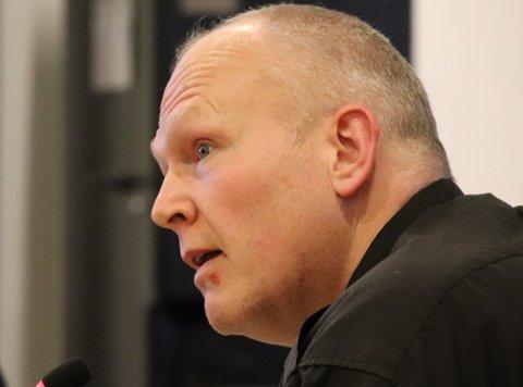 VARM: Alf Henning Heggheim  forteller at han at ble ganske «varm i toppen» da han hørte hva som ble sagt av kommunedirektøren om lojalitet.
