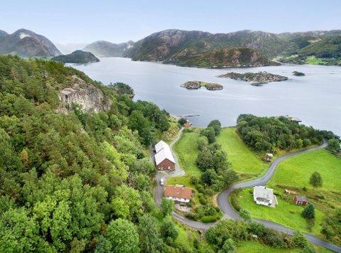 NYE HYTTER: Nordskår ligg ytst i Årdalsfjorden. Det nye hyttefeltet skal byggast ut bak fjellet til venstre i bildet, og det skal byggast to båthamner ved sjøen.
