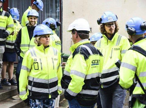OMVISNING: Gassnova-sjef Trude Sundset styrer prosjektene som for støtte til å utvikle teknologien som brukes til fangst av CO2. Her er hun i samtale med direktør Per Brevik ved Norcem.foto: fredrik strøm
