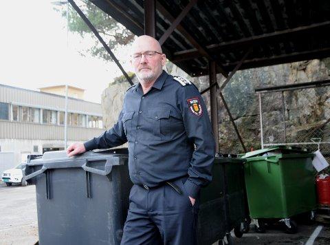 GJØR DET SELV: - Den enkelte huseier kan selv gjøre en del for å forebygge brann, mener brannsjef Ove Stokkeland.  Avfallsbeholdere og søppeldunker vier han en spesiell oppmerksomhet.