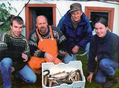 FANGSTREGISTRERING: Rune Olav Hoseth, Tinn Fiskelaboratorium, Johnny Skarseth, styremedlem i Nedre Fiskarlag, Knut Strand, Øvre Tinnsjå Utmarkslag og Liv Rigmor Flå, Tinn Fiskelaboratorium, ber om at alle de som fisker med garn i Tinnsjøen i år sender inn fangstregistrerings-skjema.