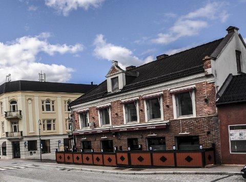 Historie: Birkeland pub er historie i dette historiske huset i Storgata på Notodden. Nå kommer Military Burger.