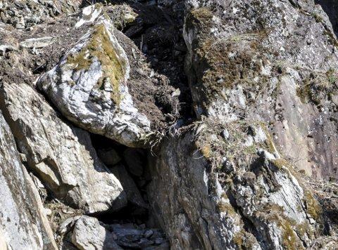 Steinblokk: Det har allerede begynt å rase litt mindre steiner og grus ut fra renne, hvor steinblokken ligger litt høyt oppe.