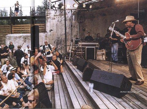 1) Bildet er også fra Myrens Dam i 1997. Otis Rush på gitar. Legg merke til fotografene som fotograferer fritt under konserten. Det var tider...  2) Myrens dam: Den sjarmerende utescenen på Tinfos var proppet med bluesgjester denne augustdagen i 1998 – tiende bluesfestival i byen. (Foto: Arild Hansen)  3) Lonnie Brooks band: Disse spilte også i Myrens Dam. Bildet er fra 1991 og fotograf er Halvor Ulvenes i Varden.  4) Yli Boys: Lokale helter så tidlig som fra 1989 – altså tidenes andre bluesfestival. Litt morsomt å tenke på at disse boysene er i 40-årene i dag.