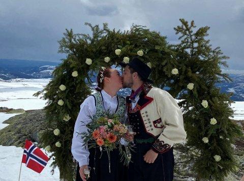 """EVENTYR-JA: At de to eventyrerne og vagabondene Lolo og Fredrik også måtte ha en eventyrlig vielse på """"verdens tak"""" var en selvfølge."""